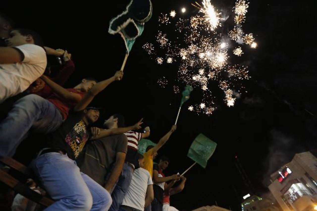 Nada más entrar en vigor el cese de hostilidades, miles de personas se echaron a las destruidas calles de Gaza y a las tranquilas de Cisjordania para celebrar. foto edh / reuters