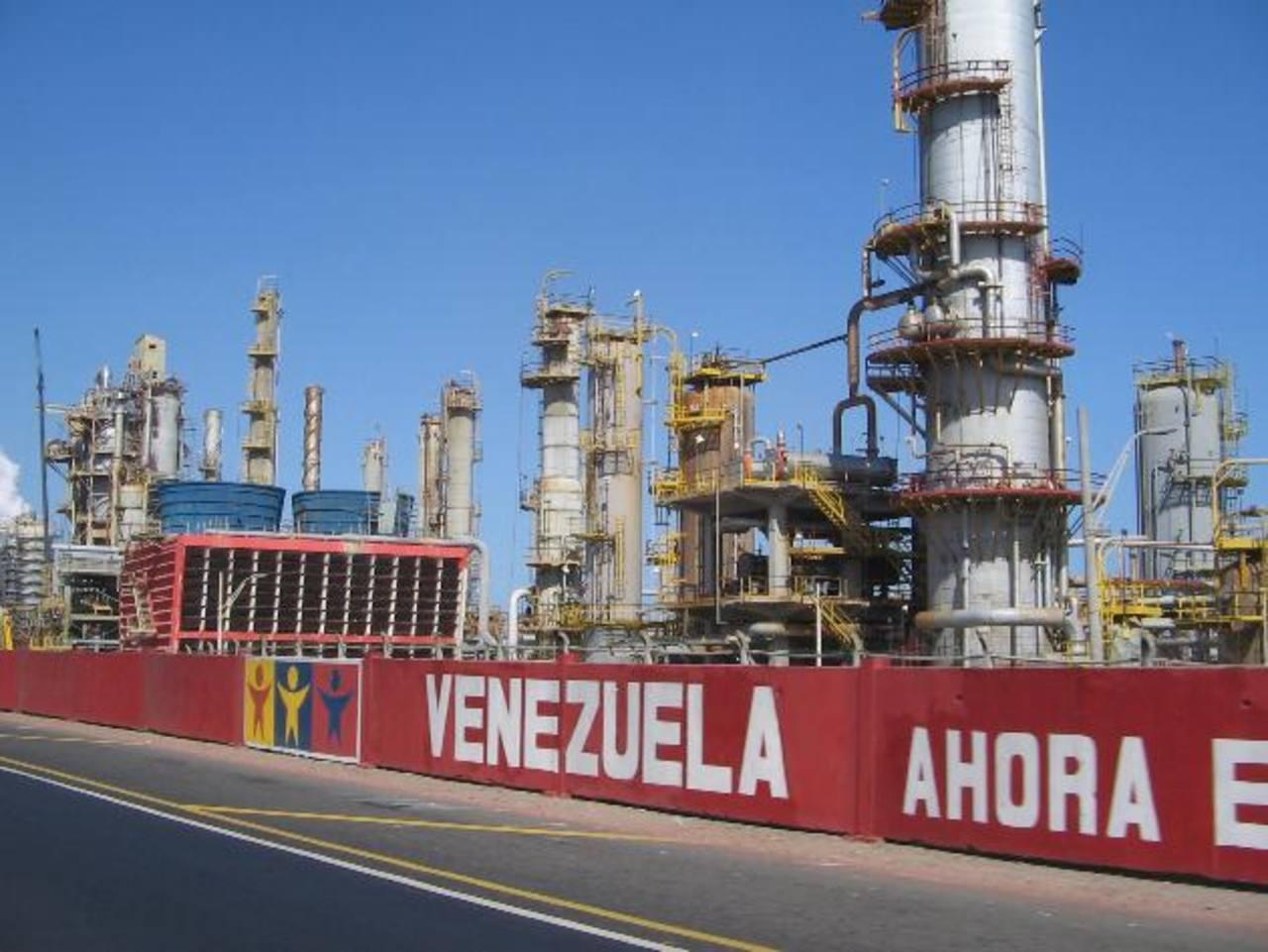 PDVSA produce tres millones de barriles diarios, de los cuales solo ocupa 700 mil para su consumo interno. FOTO EDH/INTERNET