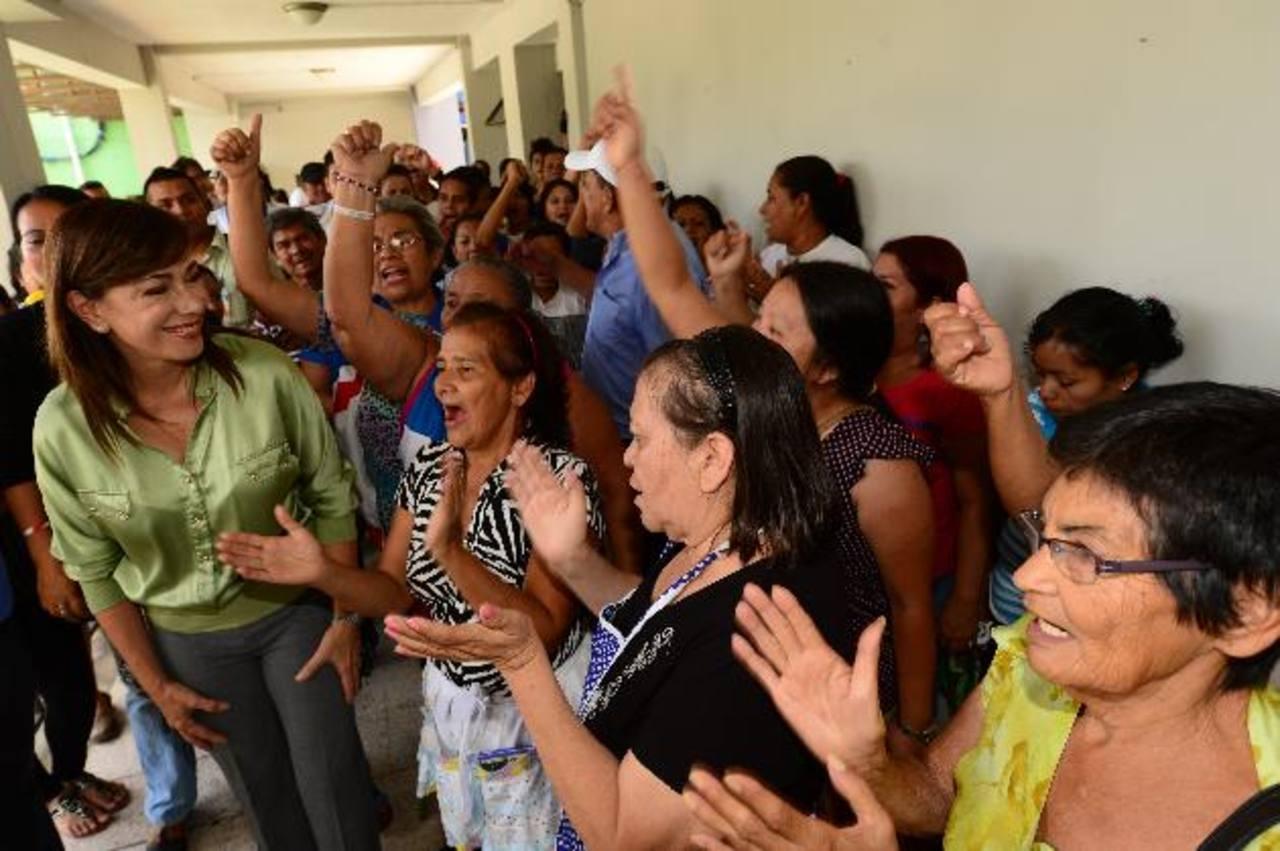 La diputada fue recibida ayer con vítores y abrazos de sus simpatizantes, quienes pidieron que la respeten. Foto EDH / Jorge reyes