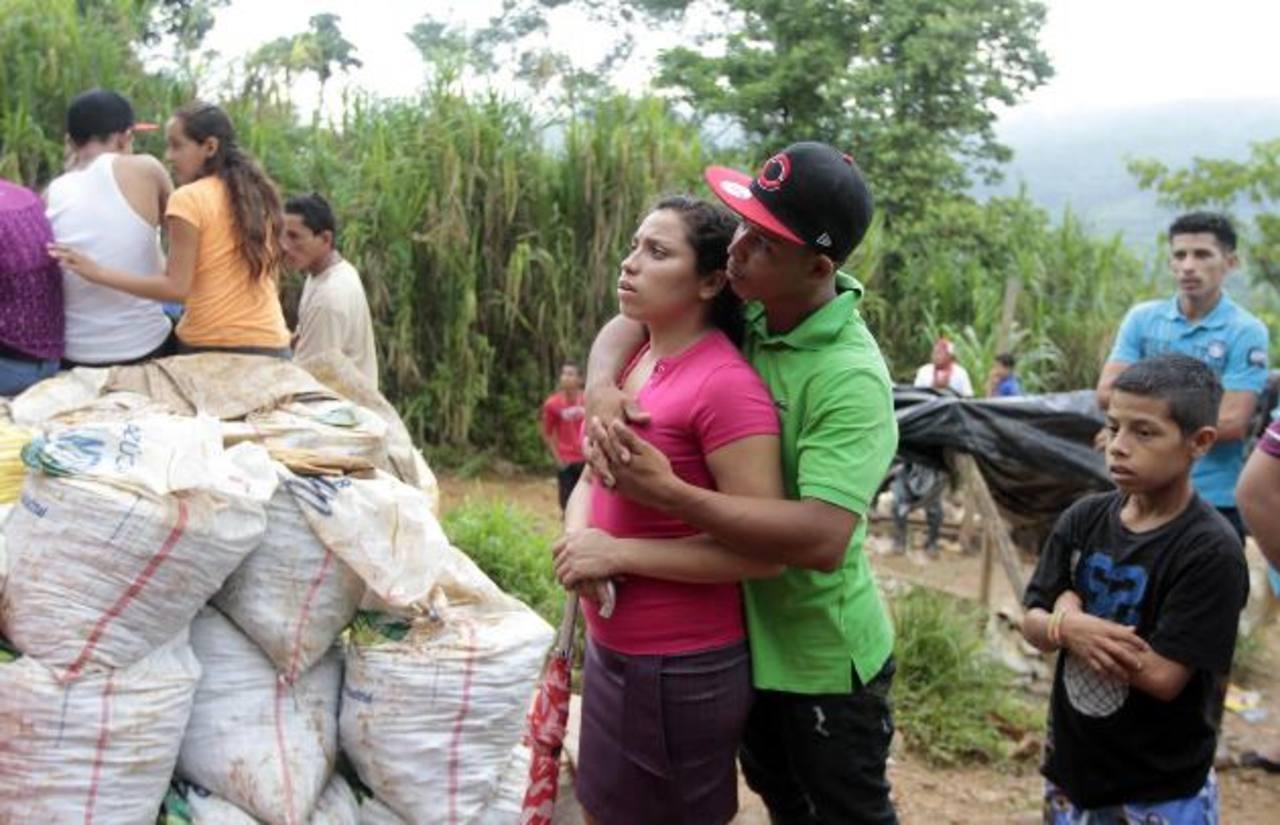 Familiares y amigos de los mineros, supuestamente atrapados, esperan que sean rescatados con vida foto reuters