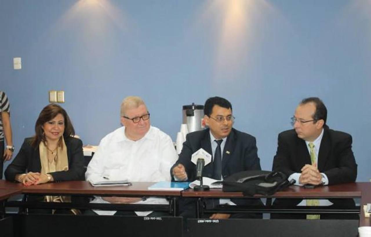 Guadalupe Medina, del TSE, Carlos Cáceres, ministro de Hacienda; Julio Olivo y Fernando Argüello, del TSE. Foto cortesÍa