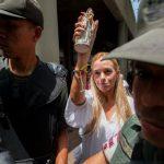 Lilian Tintori (c), esposa del opositor Leopoldo López, llega a la audiencia en el Palacio de Justicia de Caracas . foto edh / efe