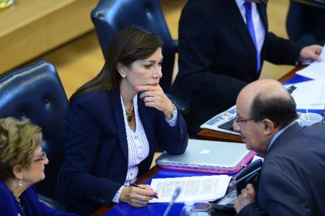 La diputada Ana Vilma de Escobar conversa con su colega de fracción, Mario Valiente.