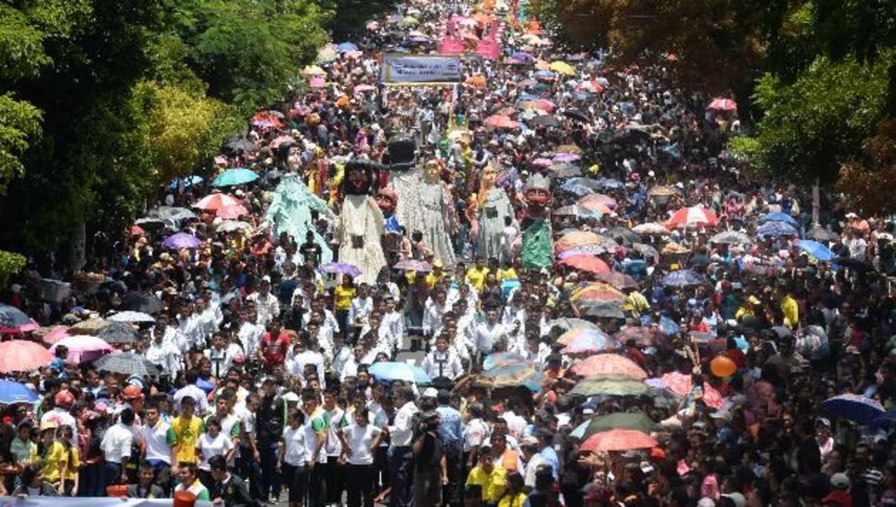 Miles de personas abarrotaron la alameda Roosevelt para ver a el desfile. Fotos EDH / Marvin Recinos / claudia castillo
