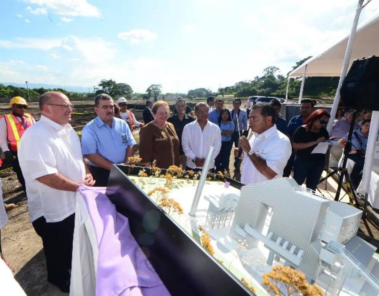 Durante la presentación del proyecto se reconoció la inversión que realiza la empresa en El Salvador. foto edh / Ericka Chávez