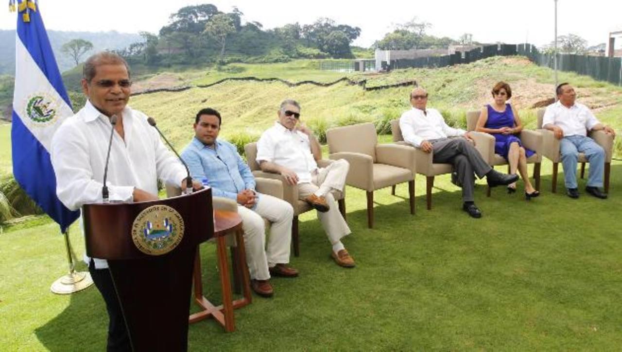 Óscar Ortíz, vicepresidente de la República, en su visita al proyecto. foto edh / Cortesía
