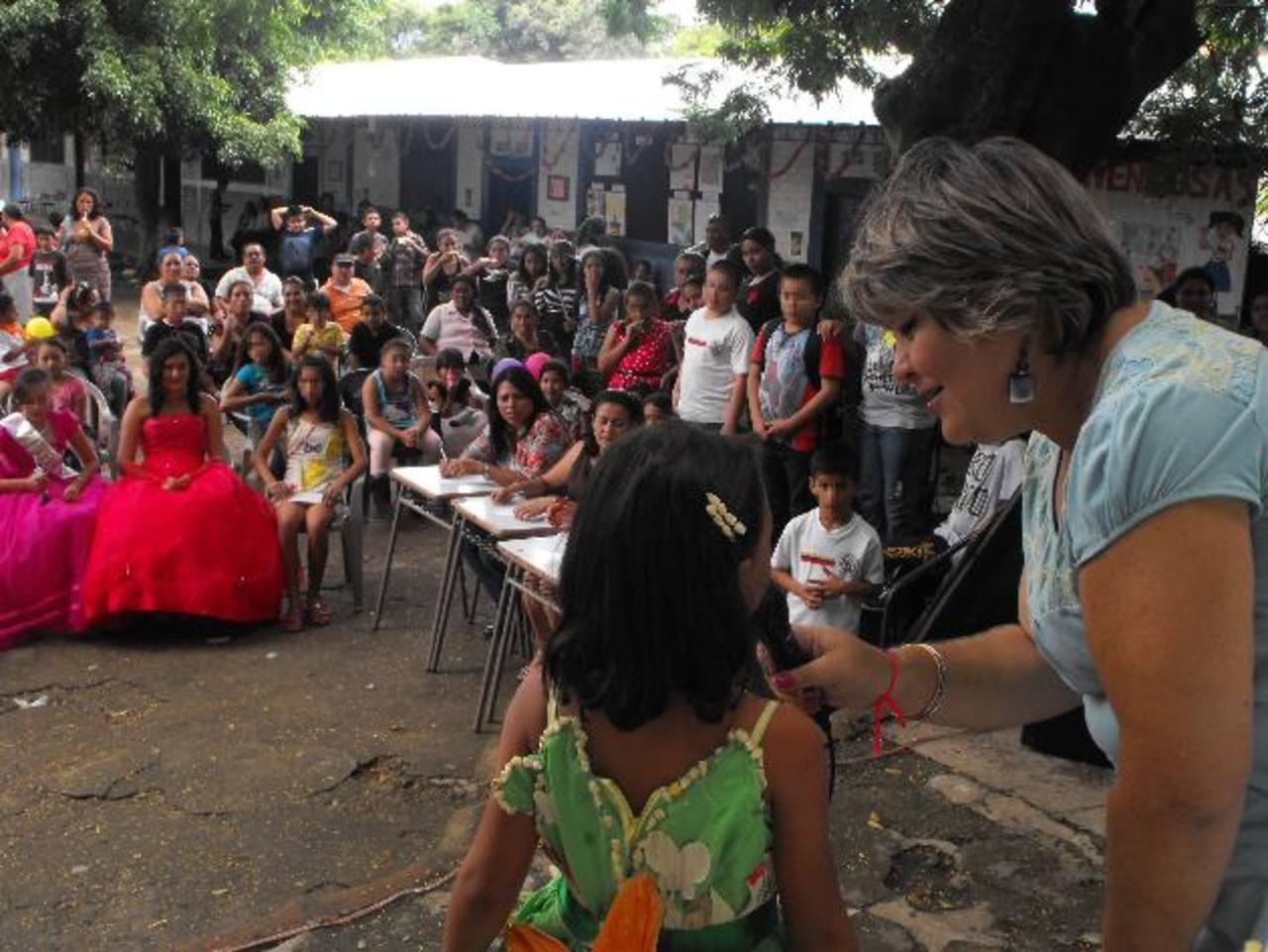 Una de las actividades que recolectó más fondos, ayer, fue la elección de reina del evento. Foto EDH / Mauricio Guevara
