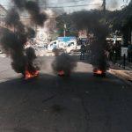 Llantas viejas son quemadas en la protesta.