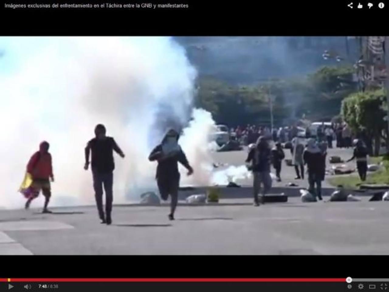 Manifestantes se enfrentan a la guardia chavista, en Táchira, para rechazar la nueva medida del régimen. foto edh / captura de youtube