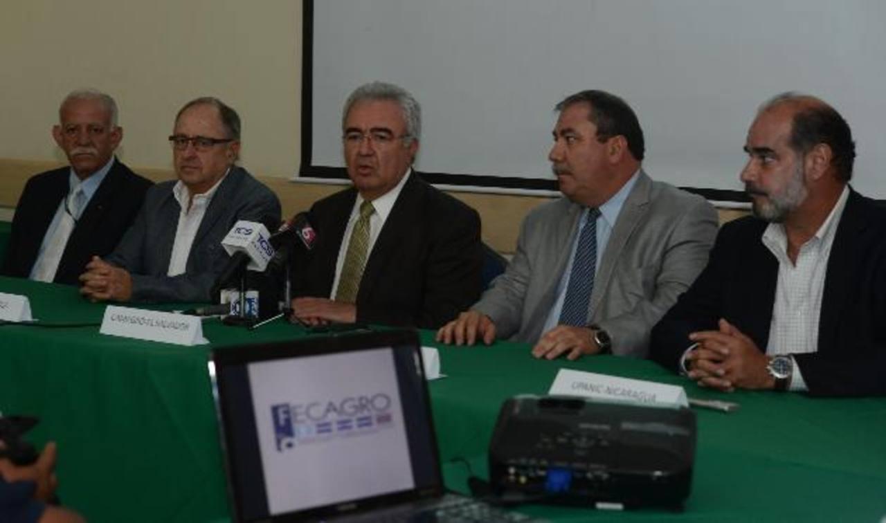 Los miembros de Fecagro se reunieron ayer en El Salvador para abordar la problemática. Foto EDH / Mauricio Cáceres