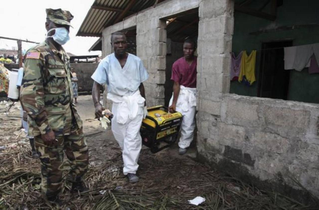 La presidenta de Liberia declara el toque de queda para combatir el ébola