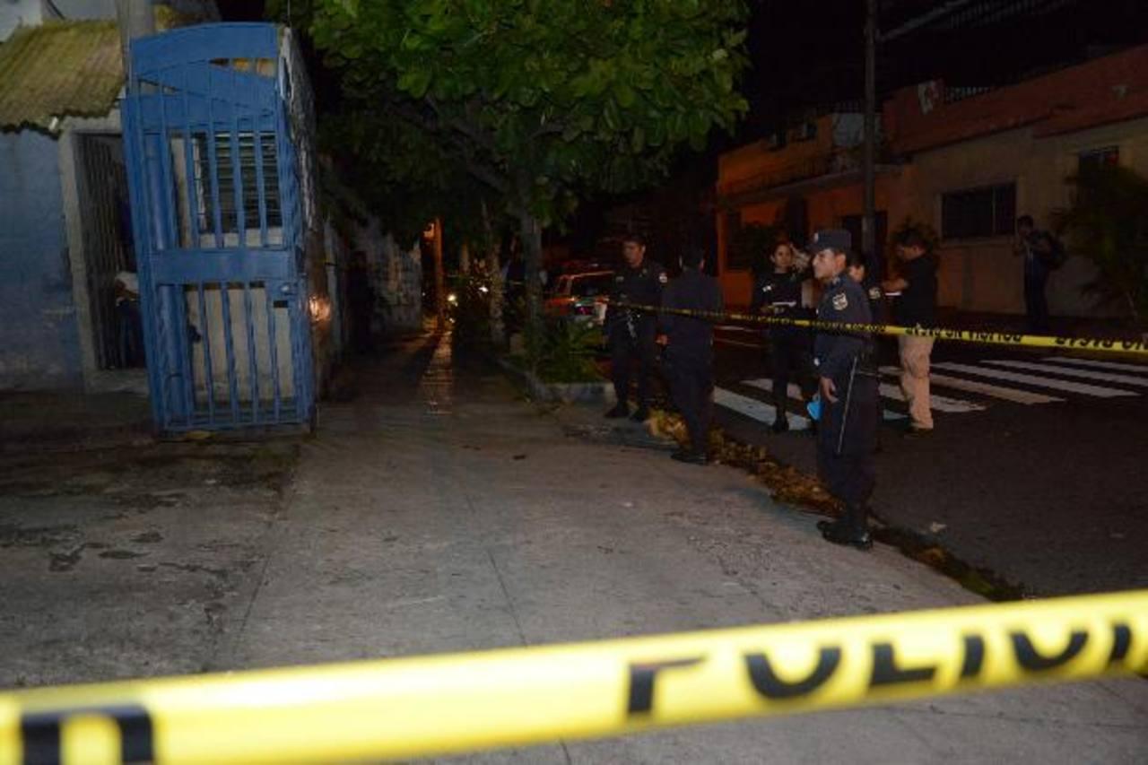 El vigilante Santos López, de 44 años, fue asesinado anoche en la caseta de vigilancia en la residencial Los Olivos, en la colonia La Rábida, sobre la 37 Calle Oriente, en San Salvador. Foto EDH