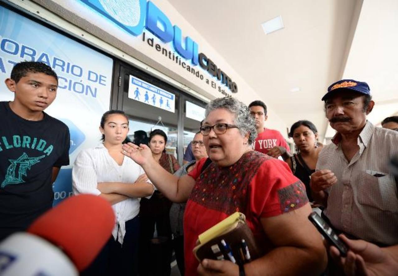 La presidenta del RNPN, Margarita Velado enfrentó los reclamos de los afectados por no haber sido atendidos en el duicentro Galerías. Pese al malestar de los usuarios dijo que no extenderán horarios de atención. Foto edh / Huber Rosales