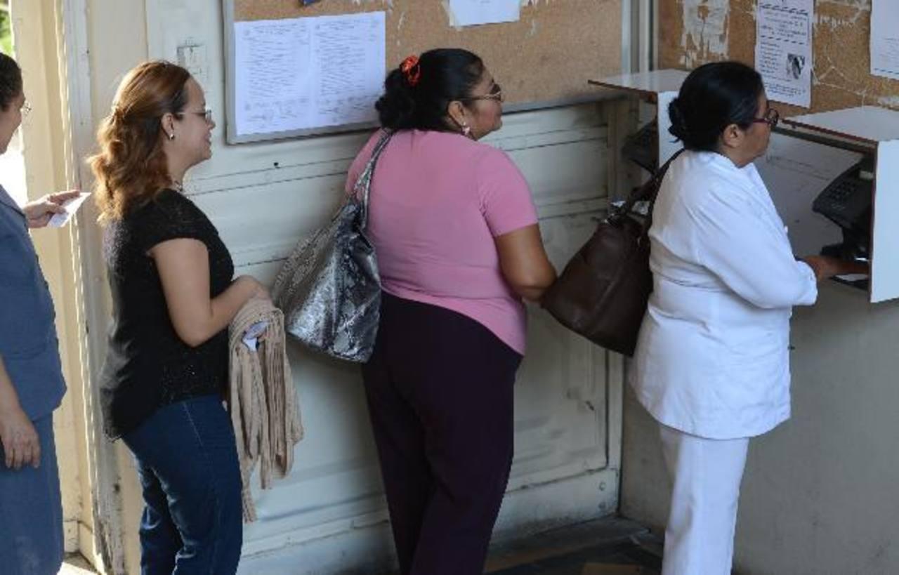 Una enfermera del hospital nacional Rosales marca a la hora de entrada, ellos usan el sistema del reloj biométrico. foto EDH / archivo
