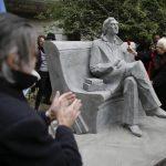 Estatua de Cortázar develada en el centenario del natalicio.