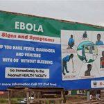 Un cartel explica los síntomas del virus Ébola, en esta foto tomada el lunes, 4 de agosto de 2014, en Freetown, Sierra León.