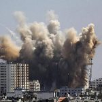 Una columna de humo se eleva tras un ataque aéreo de Israel sobre el norte de Gaza.