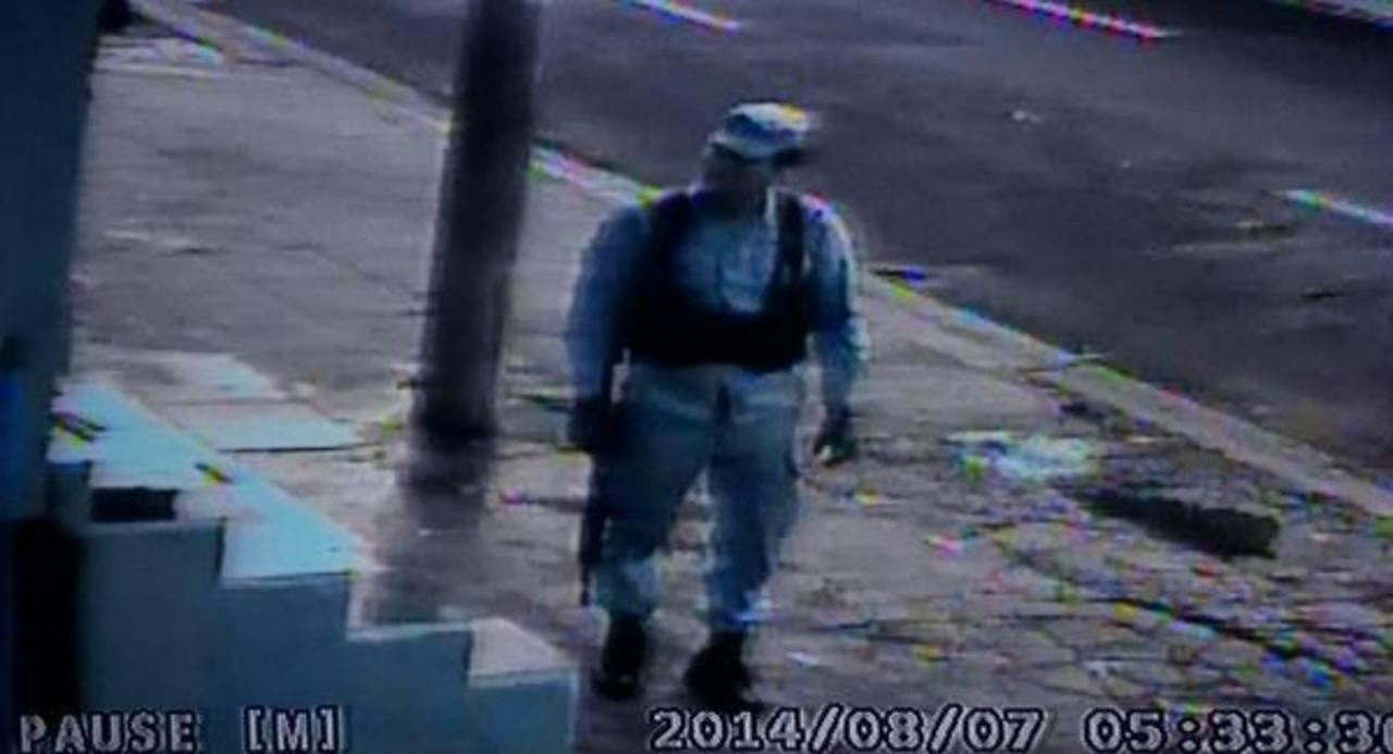 Uno de los asaltantes captados por las cámaras de seguridad del negocio nocturno.