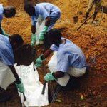 Cuerpo de una de las víctimas del ébola.