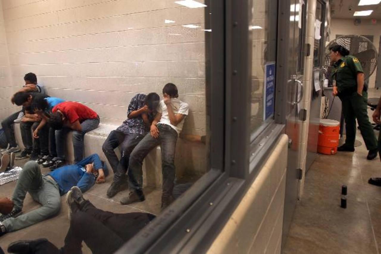 Un grupo de menores fue retenido en julio pasado en una estación de la Patrulla Fronteriza de McAllen, Texas. foto edh /archivo