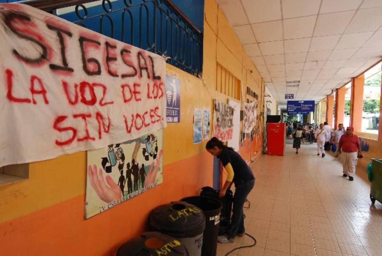 Los sindicalistas colocaron obstáculos en el acceso a la dirección. Foto EDH/ CRISTIAN DÍAZ