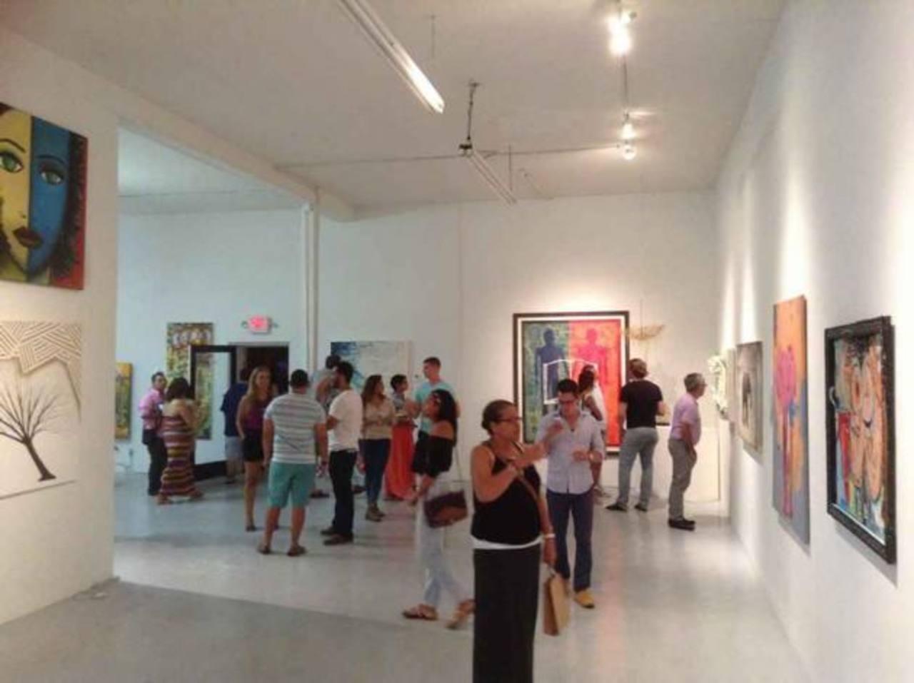 Público aprecia obras de los salvadoreños, en la inauguración.
