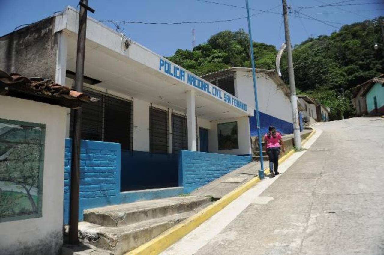 Vecinos aseguran que frente a este puesto policial pasan los camiones cargados con hortalizas. Foto EDH /Miguel Villalta.Puente fronterizo entre Honduras y El Salvador, donde sospechan pasa mercadería de contrabando. Foto EDH / Miguel Villalta.