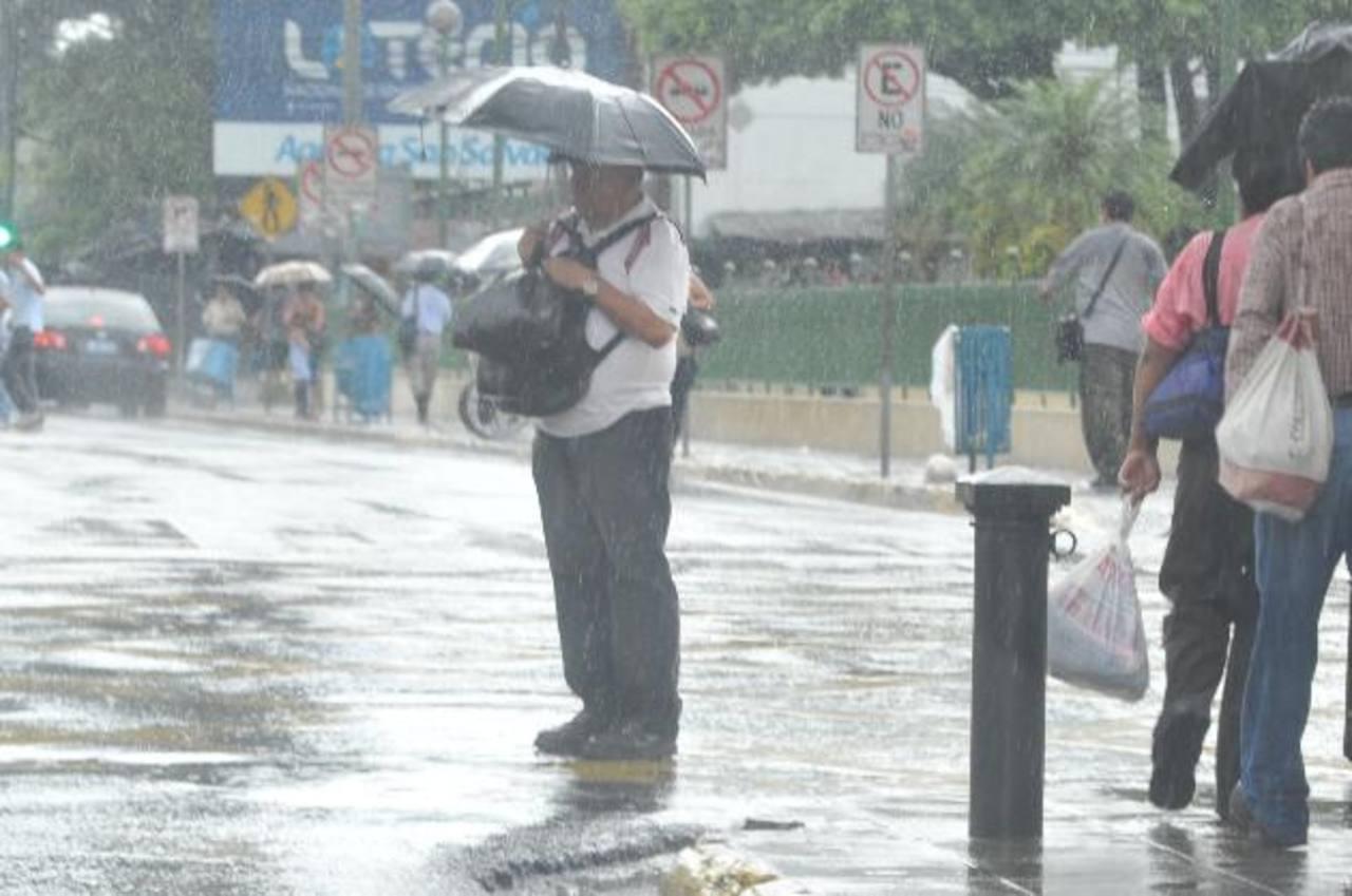 Emiten advertencia por onda tropical que afectará al país