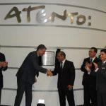 El director de Atento, Miguel Matey, le estrecha la mano al vicepresidente de la República, Óscar Ortiz. foto edh