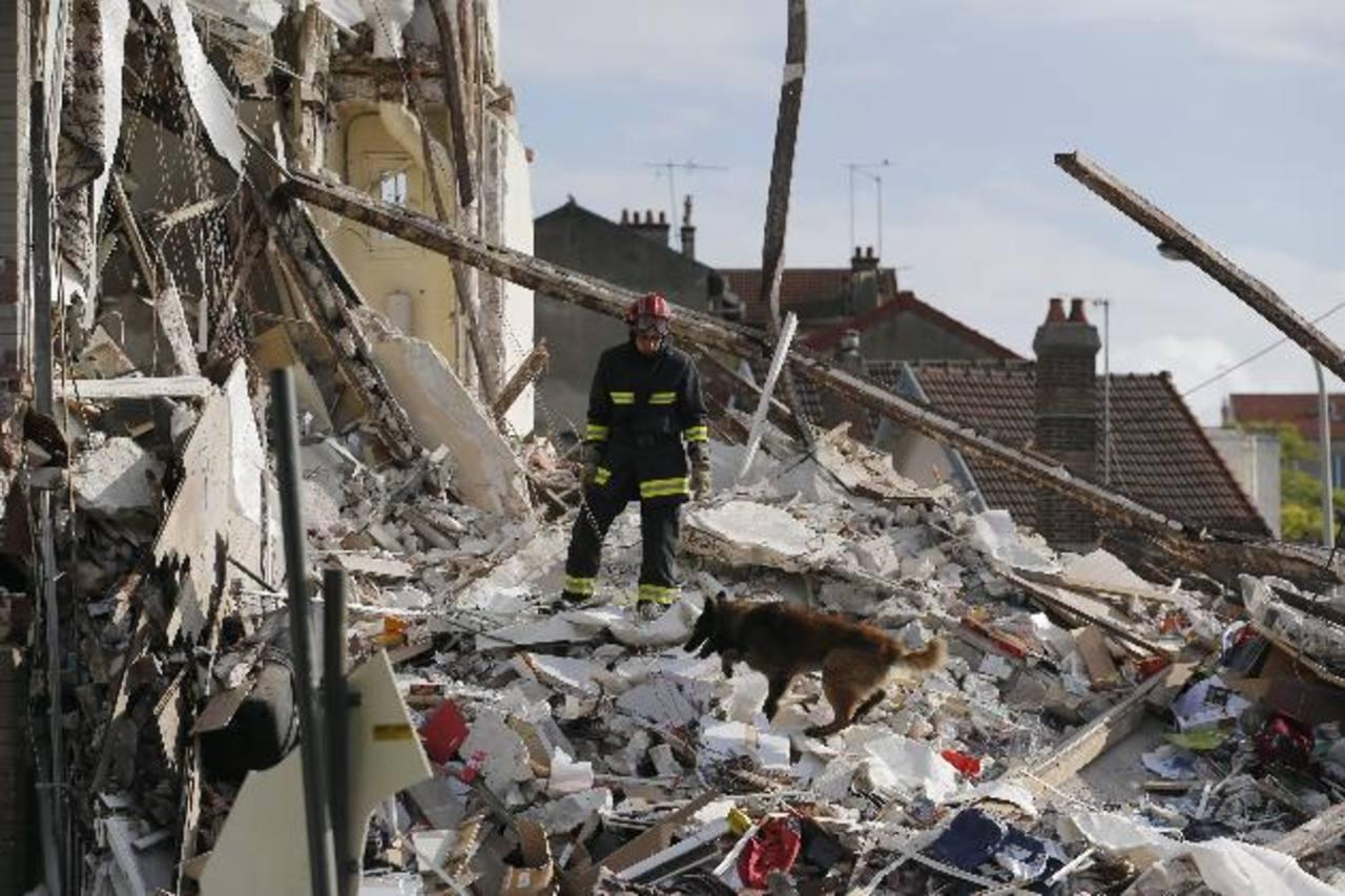 El edificio colapsó luego de escucharse una explosión. Autoridades creen que la explosión se debe al gas.