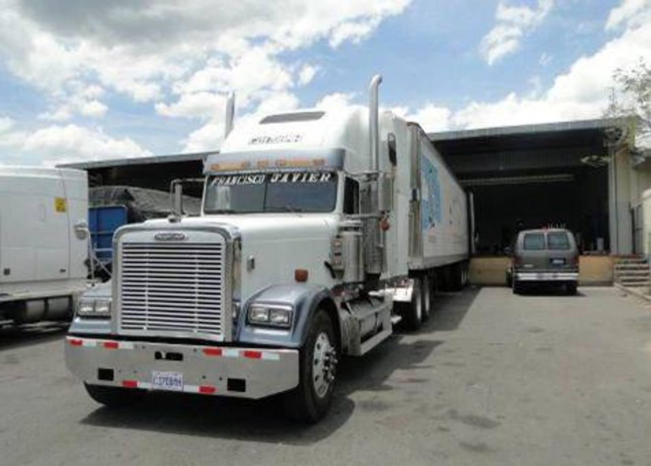 Este es el camión con placas guatemalteca en el que fueron localizados los indocumentados de diferentes nacionalidades.