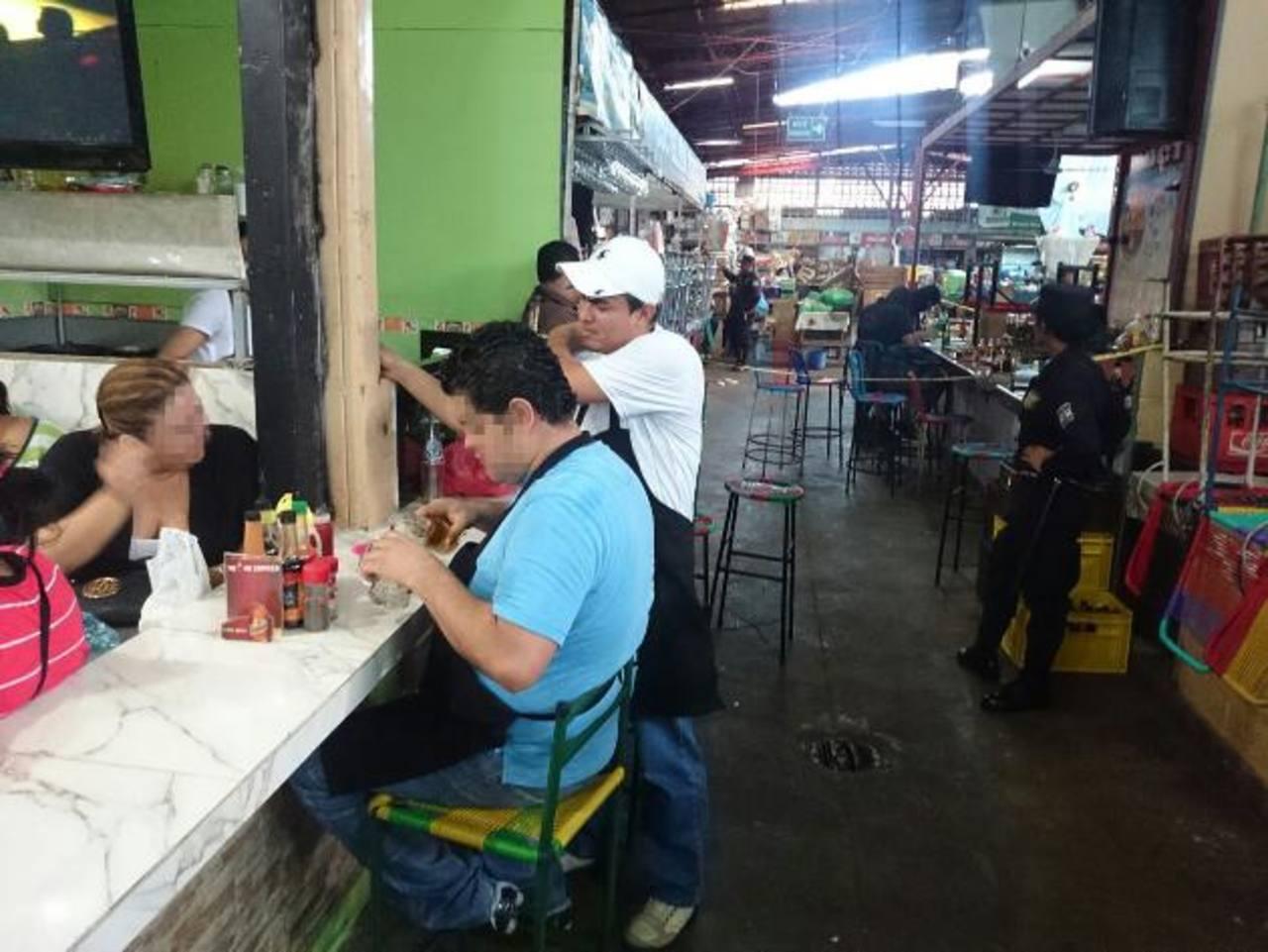 Empleado de una coctelería situada en el edificio 3 del mercado Central de San Salvador, fue asesinado. Foto EDH/Jaime Anaya