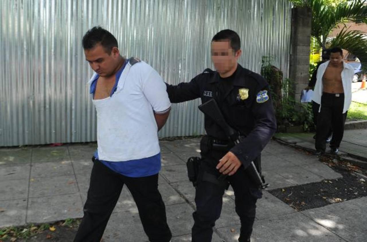 Capturan a supuestos asaltantes que, minutos antes, lesionaron a motorista de la Ruta 26. Foto EDH / Miguel Villalta.
