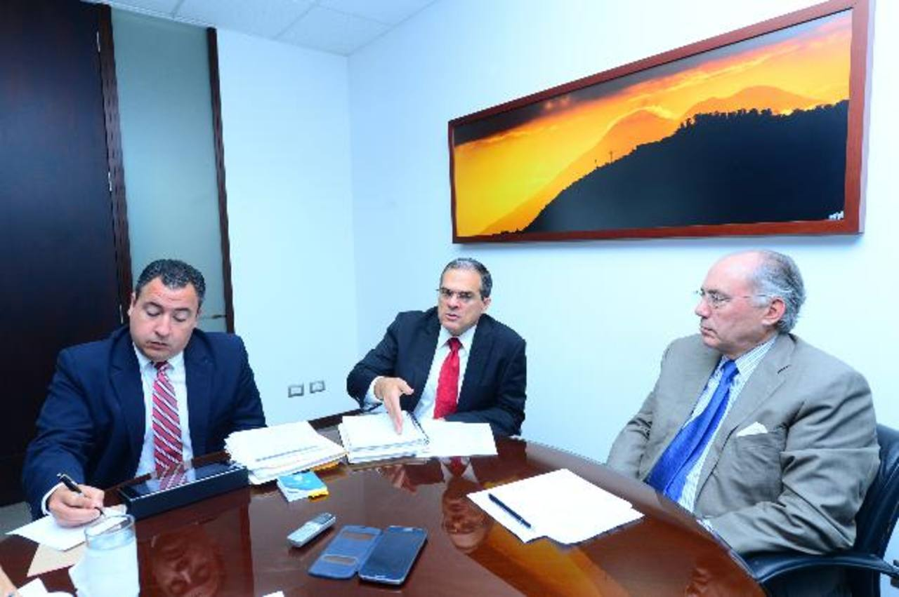 Francisco De Sola, Álvaro Trigueros y Javier Castro, todos de Fusades, durante la entrevista.