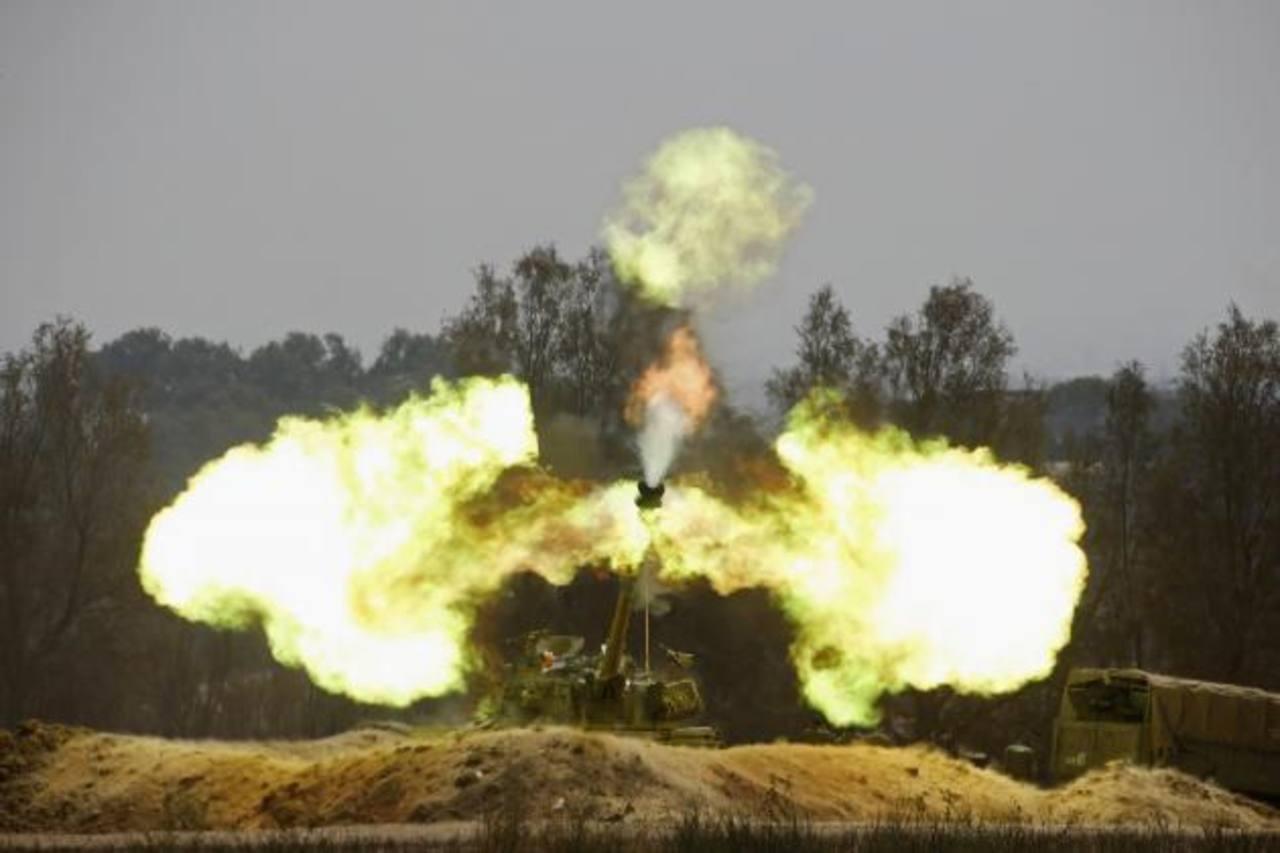 Una unidad de artillería israelí disparaba ayer hacia la Franja de Gaza; los disparos iniciaron luego del supuesto secuestro de un soldado israelí por parte de miembros de Hamás. foto edh / Reuters