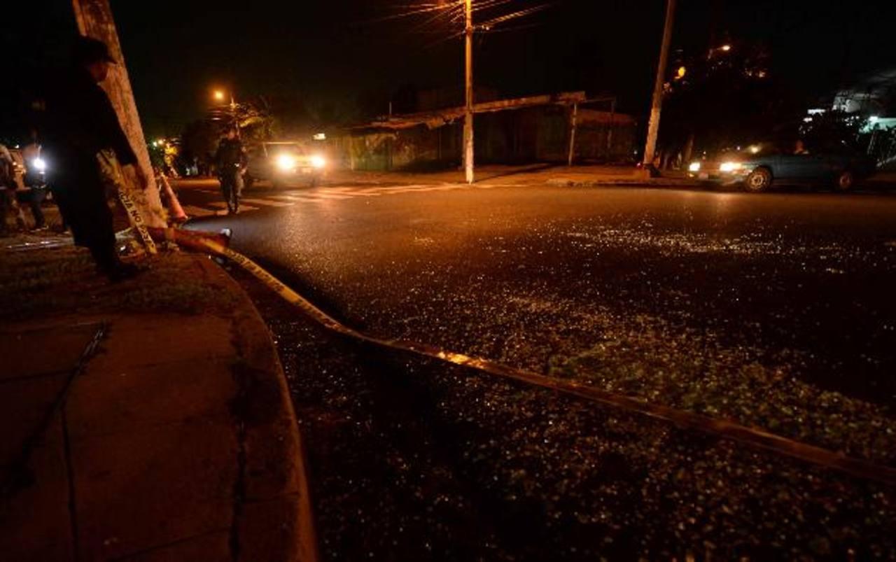 Investigadores encontraron seis casquillos de bala en la escena donde fue atacado el motorista. Foto EDH / marlon hernández