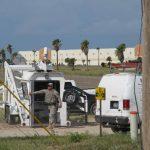 Un miembro de la Guardia Nacional de Estados Unidos sale de una torre de observación en Hidalgo, Texas. Foto EDH /AP