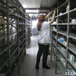 Una empleada de una farmacia en Venezuela revisa los estantes donde con una cantidad limitada de medicinas. Foto EDH /archivo