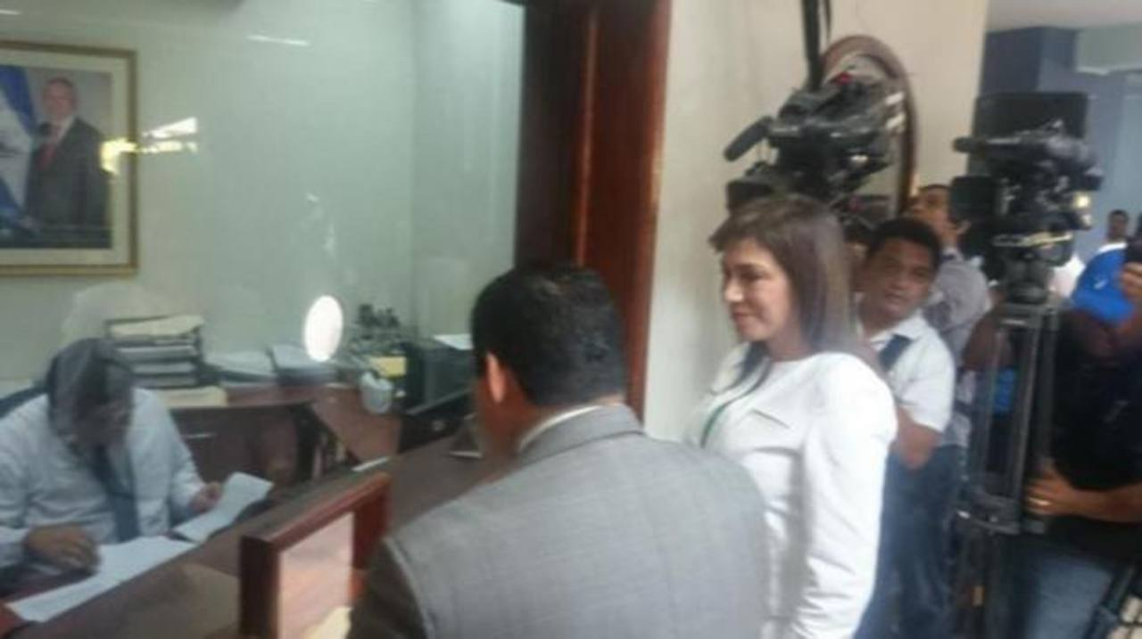 Ana Vilma de Escobar al momento de presentar el escrito de la Cámara de lo Penal.