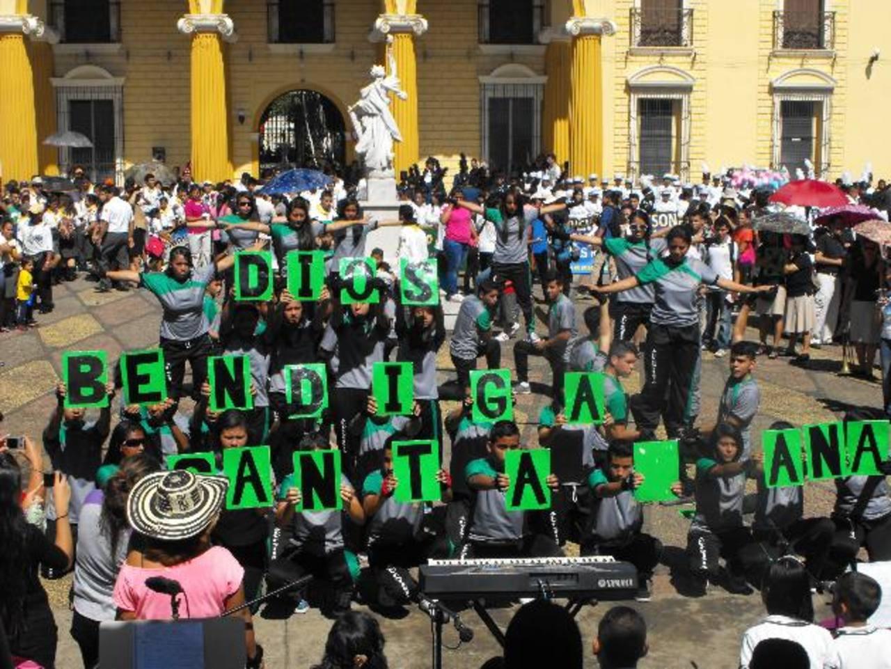 Los estudiantes de los colegios también realizaron destrezas. Foto edh / Mauricio GuevaraLas bandas musicales entonaron diversas melodías como parte de su repertorio musical.