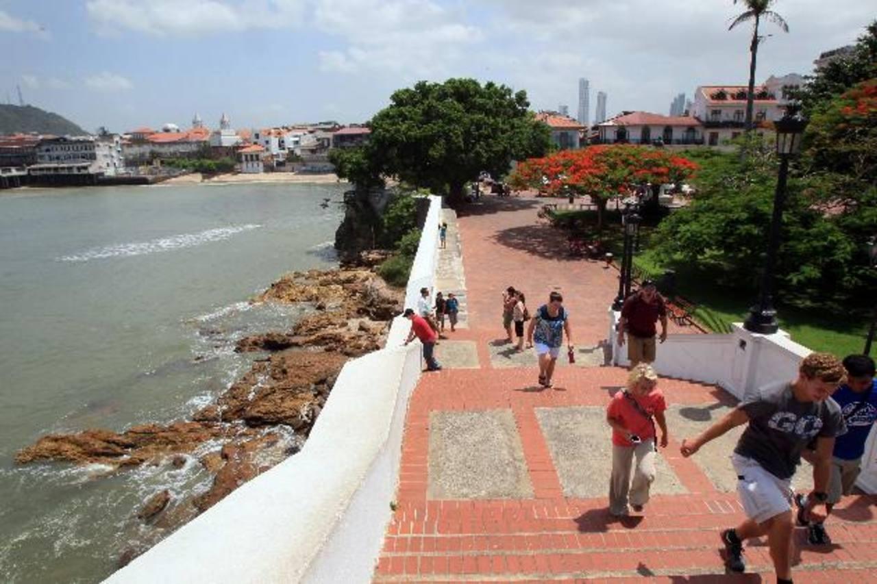 Un grupo de turistas visita el casco antiguo de la ciudad de Panamá. Foto EDH / Archivo