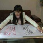 Video: Ella escribe con las manos y los pies... al mismo tiempo