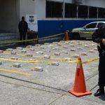 Policías antinarcóticos custodian los 102 kilogramos de cocaína decomisados el sábado pasado en la frontera El Amatillo, La Unión. foto edh / jaime anaya