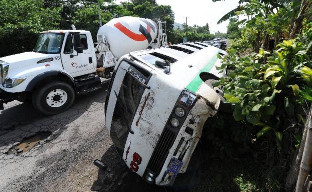 Un microbús de la ruta 109 y un pick up colisionaron en la calle antigua a Quezaltepeque. Hubo una mujer lesionada.