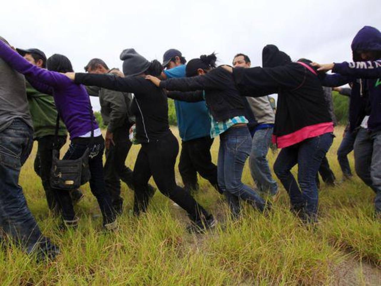 Inmigrantes detenidos en un campamento improvisado en los suburbios del sur de Texas. foto edh / archivo