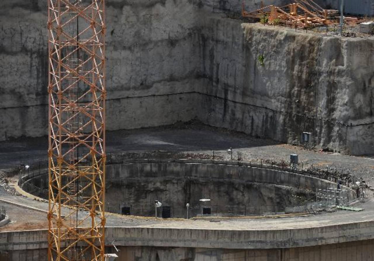 La construcción de la presa El Chaparral lleva tres años detenida y lo único visible en el lugar desde hace tres años es este hoyo.