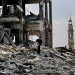 Palestinos buscan sobrevivientes entre los escombros de la casa de una familia destruida por los israelíes en Gaza el 4 de agosto del 2014