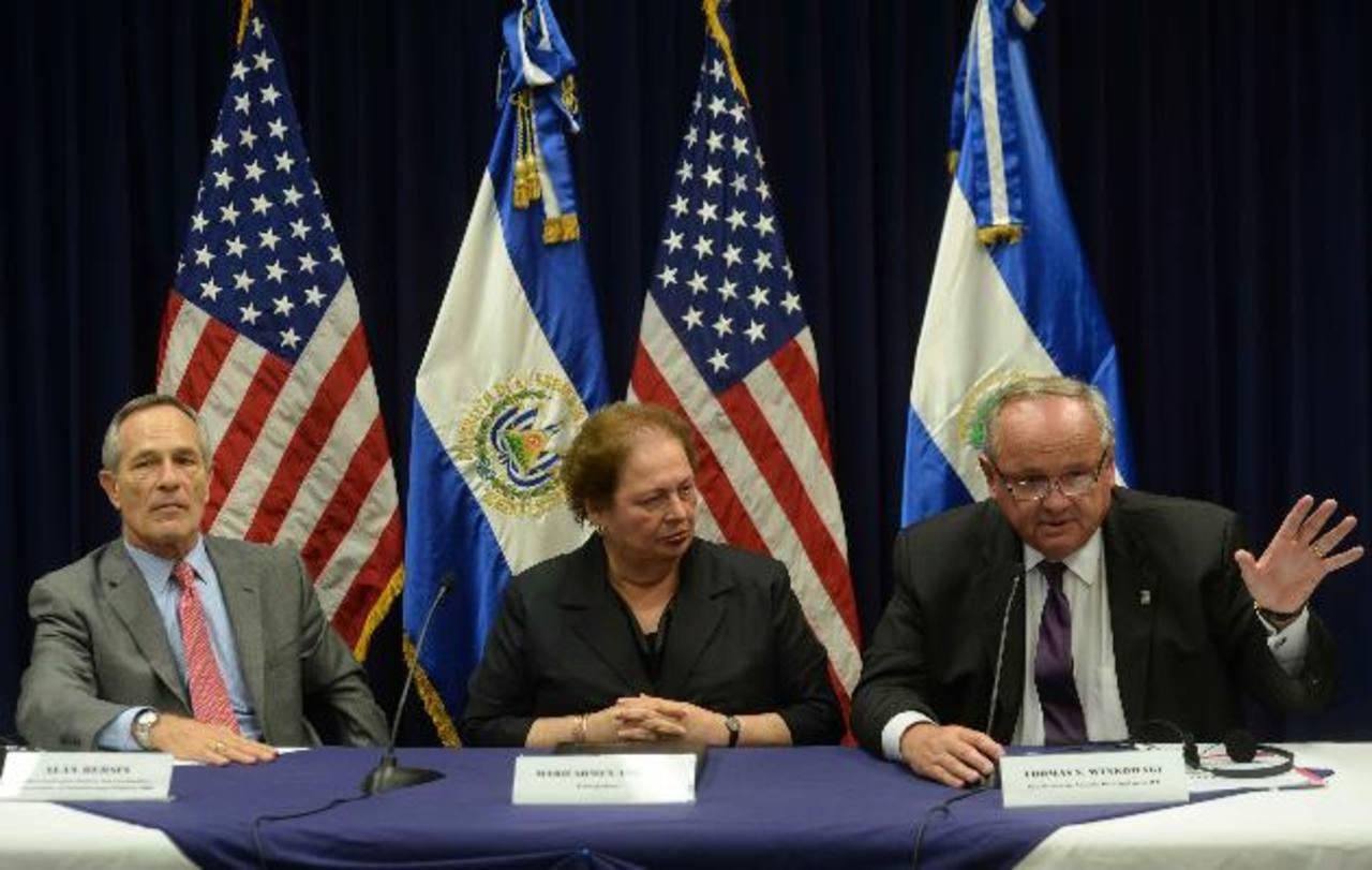 Alan Bersin , Mari Carmen Aponte, embajadora de EE. UU., y Thomas S. Winkowski, en conferencia de prensa . Foto EDH / Marlon Hernández.