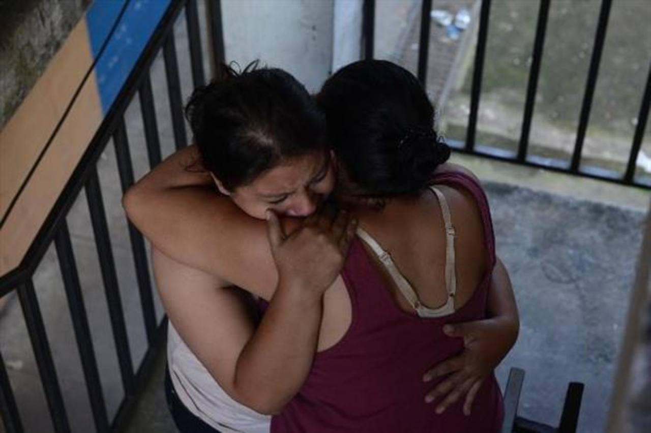 Familiares de Rosa Alba de Pineda lloran al enterarse del asesinato