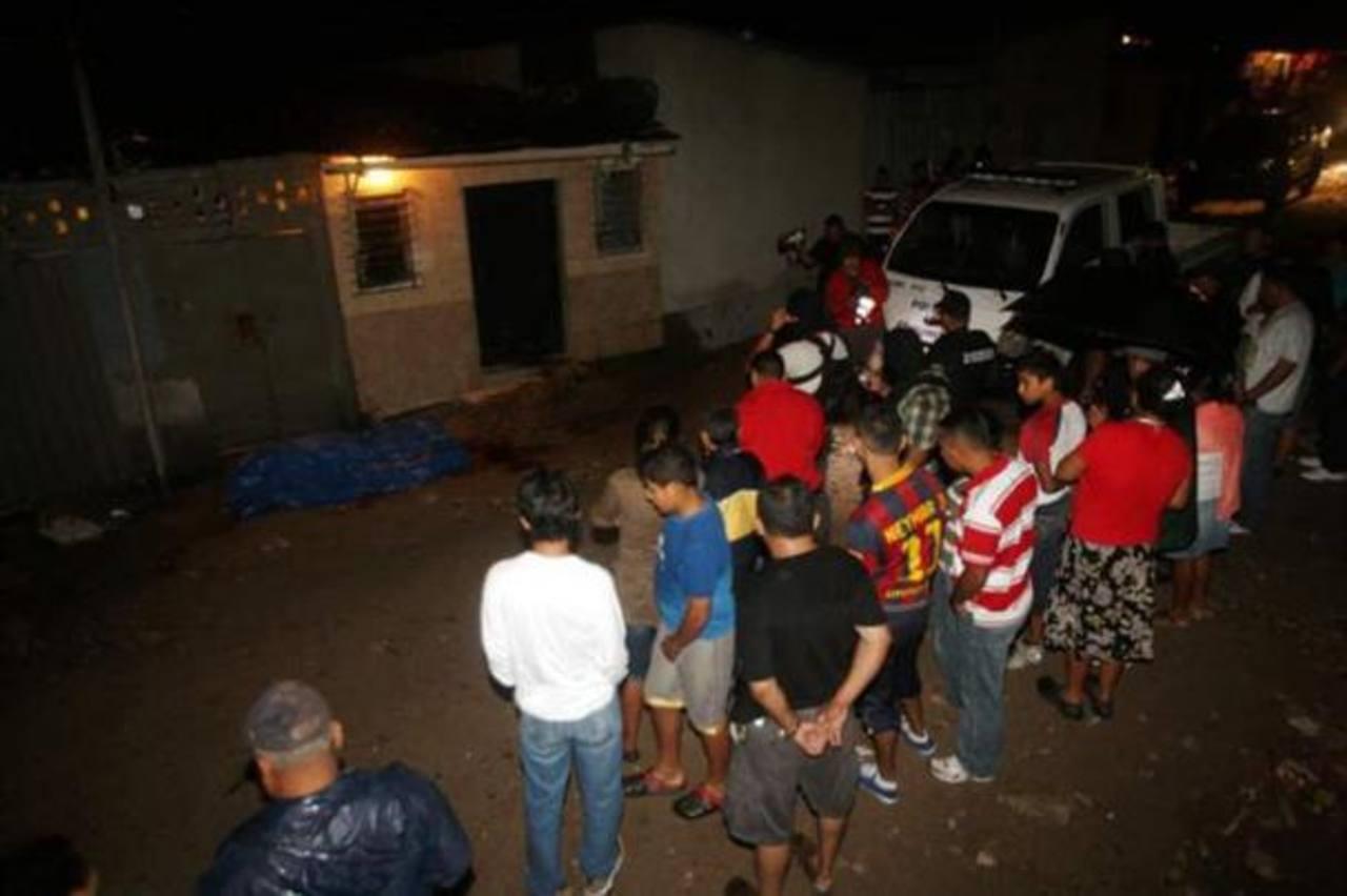 Escena de la masacre registrada la noche del sábado, en la colonia Las Torres, en Tegucigalpa. foto edh / Tomada de El Heraldo.